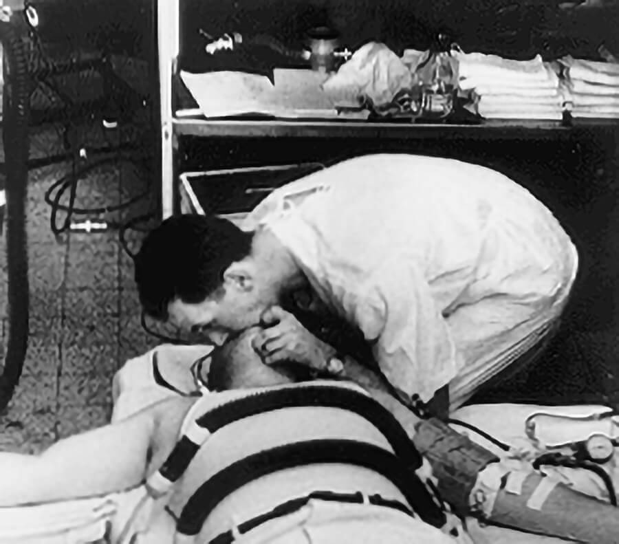1956 Dr Safar performs mouth-to-mouth resuscitation in Baltimore